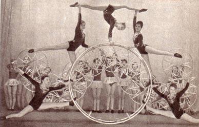 Гимнасты с обручами