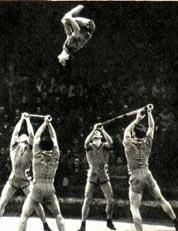 На манеже — акробаты-прыгуны с шестами под руководством В. ЗАМОТКИНА