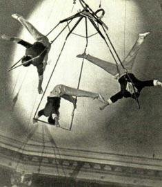 Воздушные гимнасты ПАПАЗОВЫ. Фото Е. САВАЛОВА