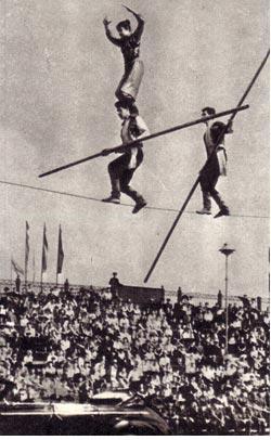Канатоходцы Алихановы на донечком стадионе «Шахтер» (1940 г.)