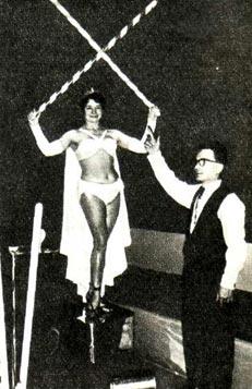 НИНА ПАЛАШКОВА и КАРЕЛ ЗОБАЧ демонстрируют трюк «Электрическая девушка»