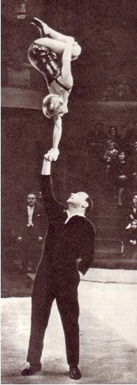 Акробаты-вольтижеры, заслуженные артисты РСФСР Р. Калачева и М. Птицын