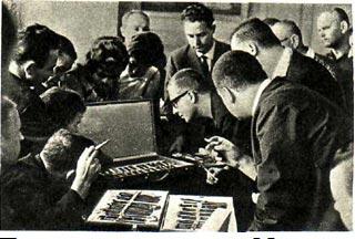 Продукция   второго  Московского  часового   завода   очень  заинтересовала гостей из ГДР