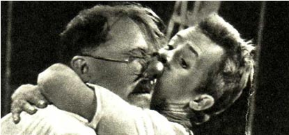 Артисты А. ГЛУЩЕНКО И В. СЕРЕБРЯКОВ в представлении «Пароход идет «Анюта»