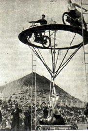 Выступление артиста цирка, рекордсмена мира ГРИГОРИЯ НОВАКА в Денъ шахтера на стадионе Донецка. 1960 год.