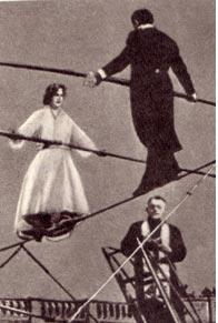 Двое молодых эквилибристов в Тулузе ухитрились совершить бракосочетание, находясь на тугом канате, натянутом на высоте18 метров