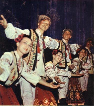 На четвертой странице обложки: артисты ансамбля народного танца Молдавской ССР «Жок».