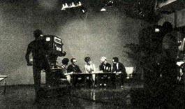 Советские артисты, неоднократно выступали по японскому телевидению. Перед телекамерами — народный артист РСФСР О. ПОПОВ, артистка Н. ГОЛУВЦОВА, руководитель гастрольной группы В. ПАХОМОВ и переводчики.