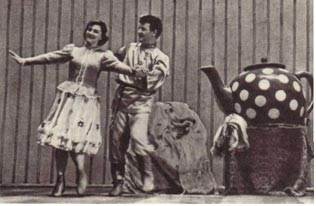 Веселую танцевальную  сценку «Баба  и чайник» исполняют лауреаты  Всесоюзного  конкурса артистов эстрады Нелли Раусепп и Эдуард Саттаров