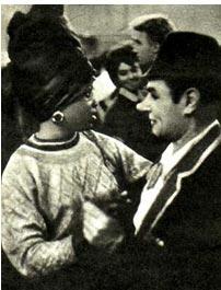 На снимке: Анатолии Кролюк танцует в антракте со студенткой из Нигерии Розалин Осунде.