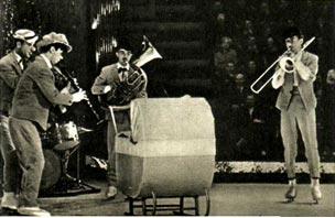 Выступление музыкальной  пятерки тепло принимают зрители
