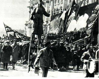 На этом снимке запечатлена Октябрьская демонстрация, в которой участвуют известные артисты, премьеры Ленинградского цирка. Впереди (с барабаном) — популярный сатирик Леон Танти, поодаль его брат и партнер Константин.