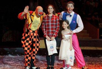 На манеже Сочинского цирка победительницам конкурса детского рисунка вручили подарки