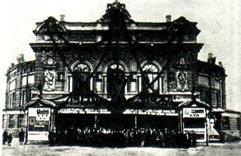Так выглядел Ленинградский цирк в 1927 году в дни празднования X годовщины Великой Октябрьской социалистической революции.