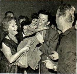 Артист  Югославской  эстрады  Джордже Мирьянович (в центре) среди московских друзей.