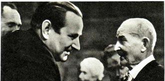Народный артист РСФСР В. ФИЛАТОВ приветствует старейшего артиста цирка Т. МЕЙЕРА