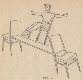 Девушка садится на ножку стула фото 684-765
