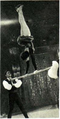 Акробатическое трио с шестом