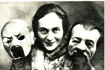 Л. Спокойская с масками «Банкира» и «Подхалима»