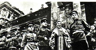 Капитан В. АЛАВЕРДОВ, майор М. ТУГАНОВ, Л. РУСЛАНОВА, М. ПТИЦЫН и участники ансамбля казаков у рейхстага в дни Победы (май 1945 г.)
