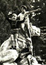На этой фотографии трое детей артистов цирка — представителей разных стран. Родители Мачика — Виктория и Вацлав Гедройц — из Польши, Роберта — артисты Берондини из Чехословакии, третий мальчик — наш сын Игорь.