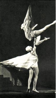 Хореографическая миниатюра «Летите, голуби!». Танцуют Л. и С. ВЛАСОВЫ