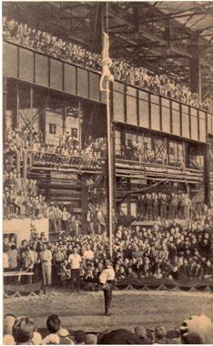 Рабочим Криворожского завода имени  В. И. Ленина понравилось выступление эквилибристов с шестами Фурмановых