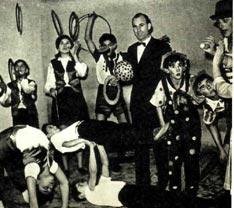 Выступление  перед  бойцами  на   сопке   3аозерной.   1939   г.   Слева — Н.   К.   Черкасов  а  роли героя комедии «Первый случай».