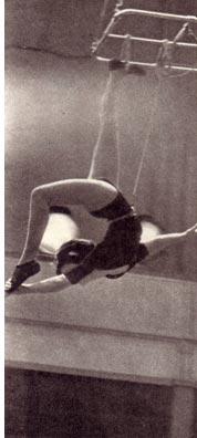Гимнастка на летающей рамке  Л. Левшицкая