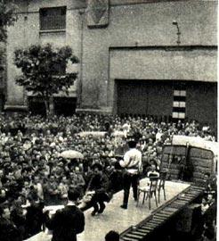 Советские эстрадные артисты пришли на автомобильный завод «Рено», чтобы познакомить французских рабочих со своим искусством. Фото актера Н. Озерного