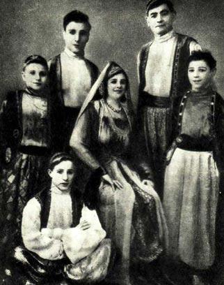 Акробаты ВИНКИНЫ во время гастролей в Париже в 1930 году