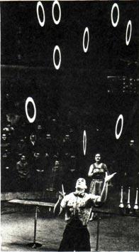 Интересен номер участника смотра жонглера А. ПЕТРОВСКОГО — «Игра с тарелками»
