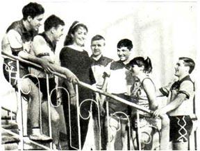 Этот снимок сделан в Горьковском цирке, Участники художественной самодеятельности встретились после выступления   с   дрессировщицей Н. ДУРОВОЙ