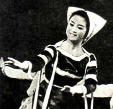 Взгляните на эту фотографию. На ней запечатлены дорогие наши гости — артисты Государственного ансамбля песни и танца Демократической Республики Вьетнам, возглавляемого Фам Динь Шау.