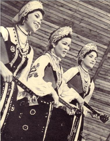 Популярные исполнительницы русских народных  песен  сестры  Логиновы.