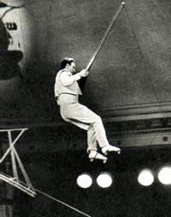 Заслуженный артист РСФСР В. ВОЛЖАНСКИЙ исполняет прыжок с трамплина