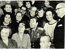 Артисты  Москонцерта побывали в звездном городке. После выступления они сфотографировались  с  космонавтами.