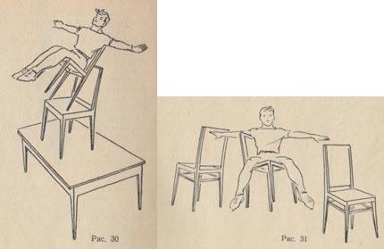 Девушка садится на ножку стула фото 684-983
