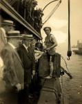 Гарри Гудини перед тем, как был запечатан в ящик и брошен в воду. Нью-Йорк, 1912 год..jpg