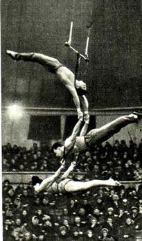 Воздушные гимнасты С. Денисов (руководитель), Э. Леонова и Г. Тотухов. Фото артиста цирка Ю. Быковского