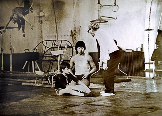 Сережа и его партнер Виталий Ли  с тренером Э.С. Вольфманом в Ташкентской студии Эстрадно-циркового искусства. 1980 г