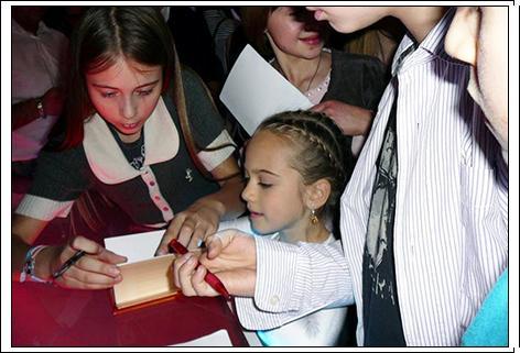 Маленькая артистка Сашенька... за раздачей автографов. 2009год.