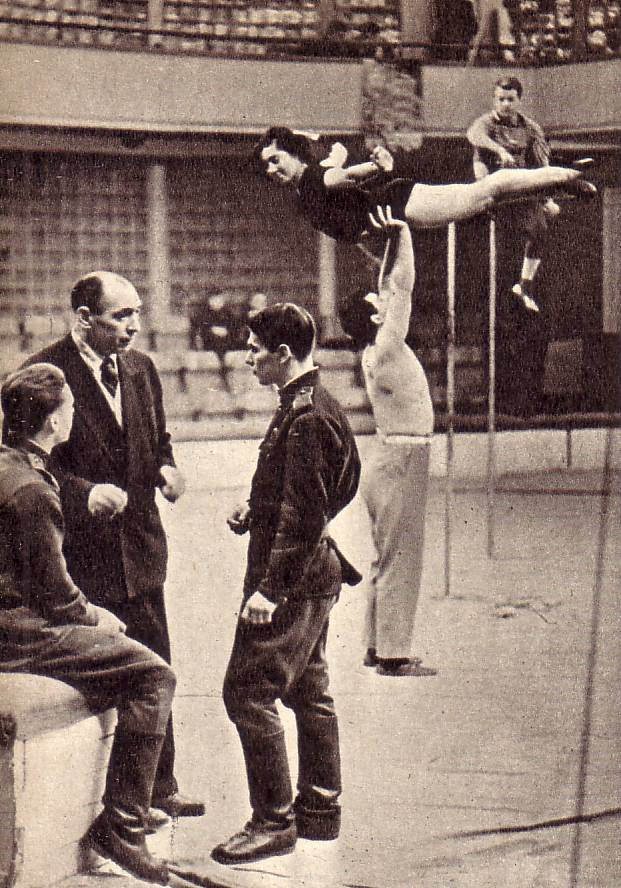 ребята не забывают о своей цирковой профессии