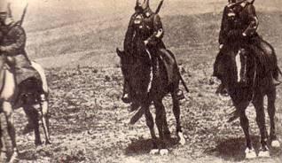 На одном коне во весь опор скачут три красноармейца