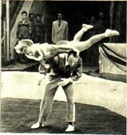 Людмила  Громова исполняет  сложный трюк — обмотку с пируэтом