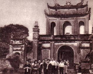 Эти   удивительные    по    архитектуре    здания   —   памятник древнего  искусства   вьетнамского  народа