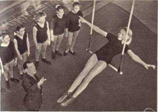 Ученицы прыгают через нее с изяществом и грацией
