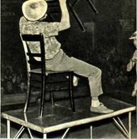 Сколько смешных трюков придумали с обыкновенными стульями немецкие артисты Хортини!