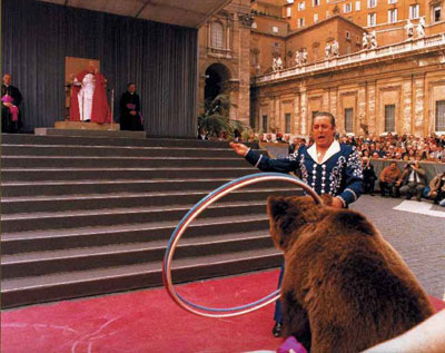 оветские  артисты цирка устраивают парад-алле для Иоанна Павла Второго на площади Святого Петра в Риме