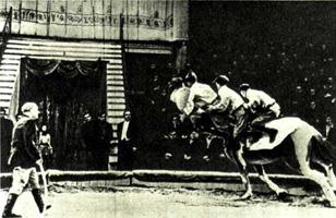 Одновременный прыжок четырех наездников стоя на лошади. Подобный трюк история цирка не знала